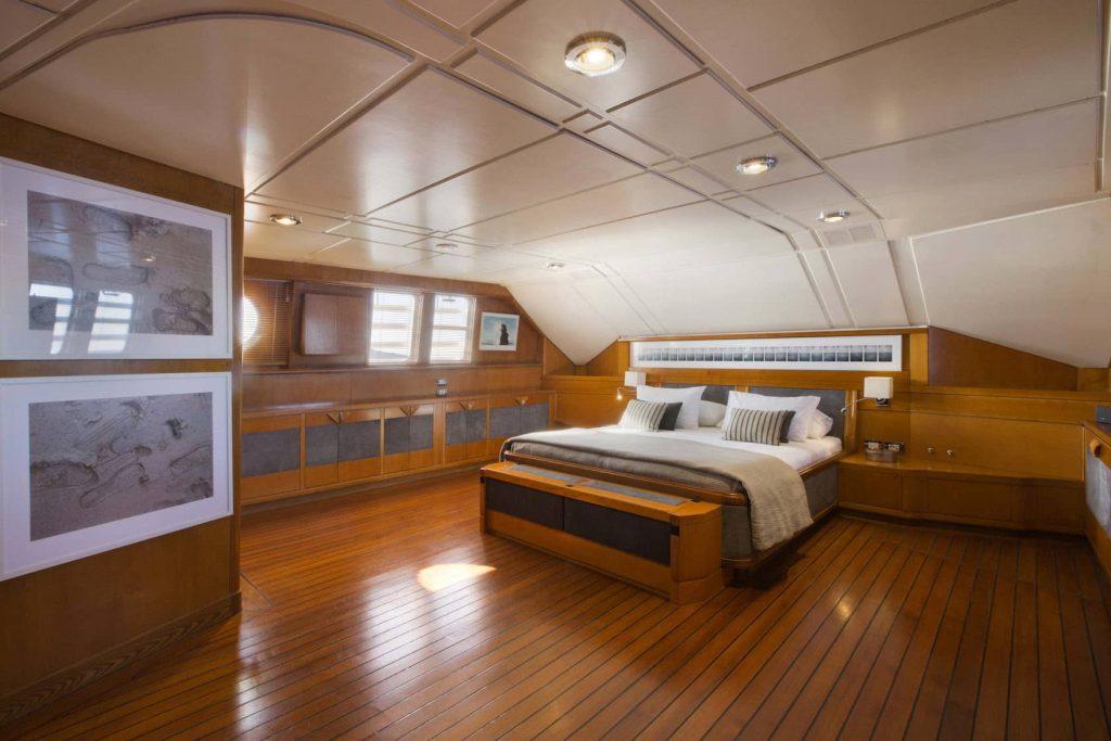 Mykonos Luxury Yacht LibraY10